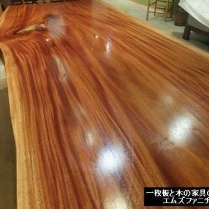 933、【お客様のお宅へお届け前の準備一枚板テーブル】お客様のひとめぼれ一枚板。赤い稲妻と呼べる一枚板テーブル。一枚板と木の家具の専門店エムズファニチャーです。