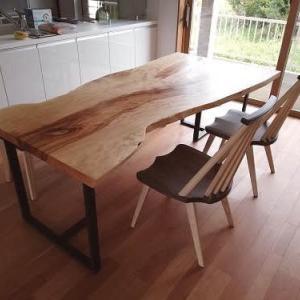 937、【ダイニングテーブル】木の特徴がわかる栃の一枚板テーブルをお届け致しました。ご新築のお宅へ設置。 一枚板と木の家具の専門店エムズファニチャーです。