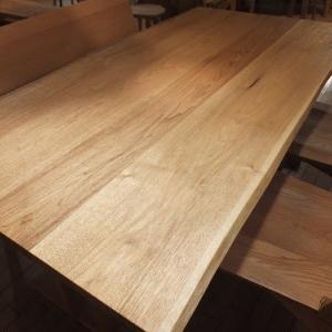 939、日本のクルミの木は貴重なんです。 そのクルミの木から作られたダイニングテーブル。優しいんです。 一枚板と木の家具の専門店エムズファニチャーです。