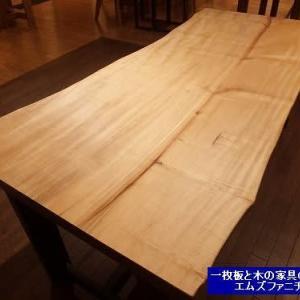 944、【一枚板テーブルを選ぶ時】昼間の顔と夜の顔を見ると、アッという驚き、そして心躍る感動があります。 一枚板と木の家具の専門店エムズファニチャーです。
