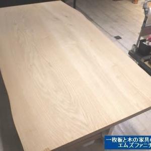 947、お客様からお預かり致しました栗の二枚接ぎテーブルを再び、補修&オイルメンテナンス。 一枚板と木の家具の専門店エムズファニチャーです。