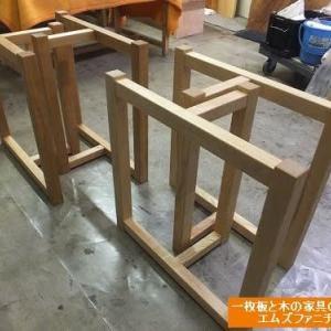 950、【一枚板テーブル用の新作の載せ脚】オスモオイルで仕上げをしてから店頭に並べます。一枚板と木の家具の専門店エムズファニチャーです。