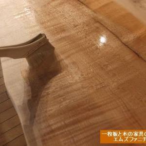 952、一枚板テーブル、木のテーブルなどのオイルメンテナンス。夏の季節の注意点も実は、あるんです。 一枚板と木の家具の専門店エムズファニチャーです。