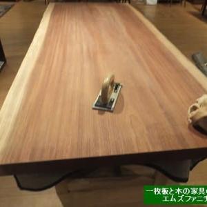 953、エムズファニチャーで行っている簡易版オイルメンテナンスをご紹介いたします。一枚板と木の家具の専門店エムズファニチャーです。