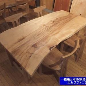 954、新しい一枚板テーブルを入荷致しましたので、今日からオイル仕上げをして行きます。一枚板と木の家具の専門店エムズファニチャーです。
