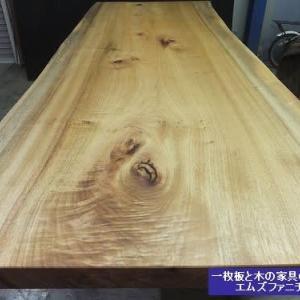 960、細身でシャープさを感じられるクスノキの一枚板テーブル。クスノキさんクスノキさん。 一枚板と木の家具の専門店エムズファニチャーです。