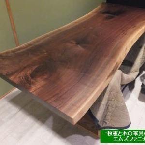 989、【お届け前の準備】ウォールナットの一枚板テーブルの最終オイル仕上げ。比較的、仕上げやすく、綺麗に仕上がりそうです。一枚板と木の家具の専門店エムズファニチャーです。