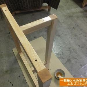 992、テーブルと脱着できて便利に使えるリビングダイニング固定脚を仕上げる。お客様のご依頼で作らせて頂きました。一枚板と木の家具の専門店エムズファニチャーです。