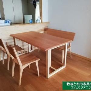 1017、ダイニングの広さに合わせて作らせて頂いているアメリカンチェリーの接ぎテーブルをお届けを。一枚板と木の家具の専門店エムズファニチャー。