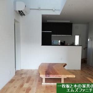 1069、幅も広く木の表情が豊かで面白い、栃の木の一枚板をお客様のお宅へお届けしました。 一枚板と木の家具の専門店エムズファニチャーです。