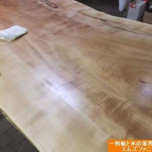1071、【お届け前の準備】栃の一枚板テーブルにオイル仕上げとメンテナンス。一枚板と木の家具の専門店エムズファニチャーです。