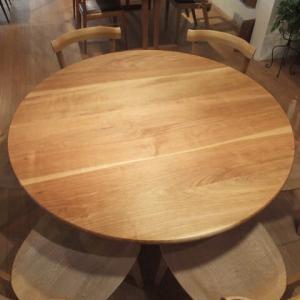 1075、日本人の好きな桜!! 丸い木のテーブルにみんなで思いを込めて!!  来年は、いい年にしたいですね。一枚板と木の家具の専門店エムズファニチャーです。