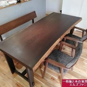 1078、【お客様のお宅へお届け、1年以上の時間を超えて】明るい床材に映える濃い色合いの一枚板テーブル。一枚板と木の家具の専門店エムズファニチャーです。