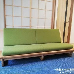 1080、【お客様のお宅へお届け】木枠フレームロースタイルソファー鶯色1800mmでお届けを。 一枚板と木の家具の専門店エムズファニチャーです。