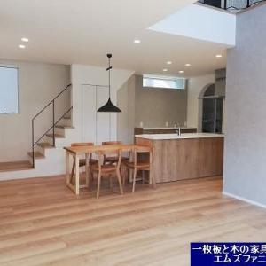 1082、【福井県のお客様のご新築のお宅へ】自然な風合いを活かし仕上げた日本の木、北海道のナラの木テーブル。一枚板と木の家具の専門店エムズファニチャーです。