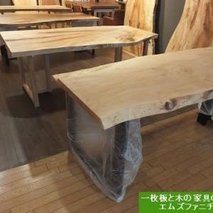 1126、新作の一枚板を入荷致しました。せっせとオイル仕上げをしております。一枚板と木の家具の専門店エムズファニチャーです。