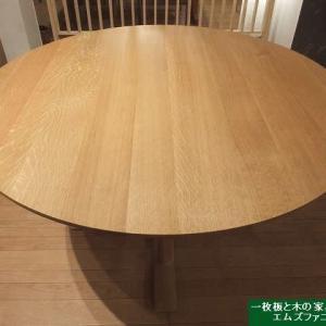 1131、コロナ禍だから家族が集まる場所には、こだわりの木の丸のテーブルを置く。一枚板と木の家具の専門店エムズファニチャーです。