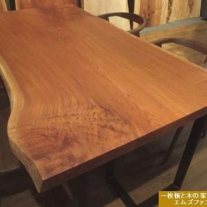 1194、ウォールナットの床材に合う、美しいケヤキの一枚板テーブル。一枚板と木の家具の専門店エムズファニチャーです。