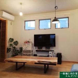 1195、神奈川県、葉山のお客様のお宅へお届け。1800mm美しい栃の一枚板をリビングテーブルスタイルでお届け設置致しました。一枚板と木の家具の専門店エムズファニチャーです。