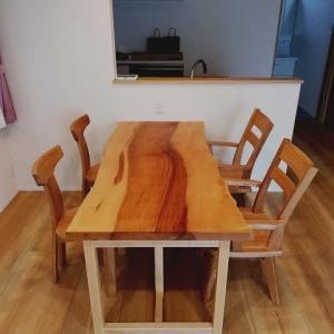1253、【お客様のお宅へお届け】芯材の濃い色の栃の一枚板テーブルをお客様のお宅へお届け。一枚板と木の家具の専門店エムズファニチャーです。