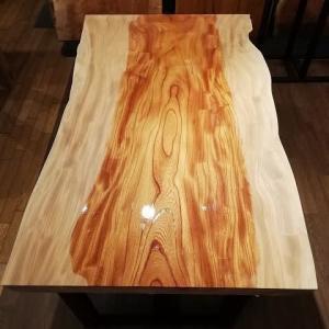 1255、木目も面白いケヤキの一枚板、オイルを塗っていく瞬間はすごかった。 一枚板と木の家具の専門店エムズファニチャーです。