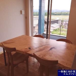 1257、ご新築のお客様のお宅へお届けを致しました。2000x1000mm超の大判の栃の一枚板テーブル。一枚板と木の家具の専門店エムズファニチャーです。