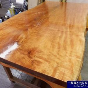 1258、お届け前の準備を始めました山桜の一枚板です。最終の仕上げとなります。一枚板と木の家具の専門店エムズファニチャーです。