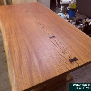 1260、お届け前の最後の仕上げを始めました。今日からこだわりケヤキの一枚板も追加です。一枚板と木の家具の専門店エムズファニチャーです。