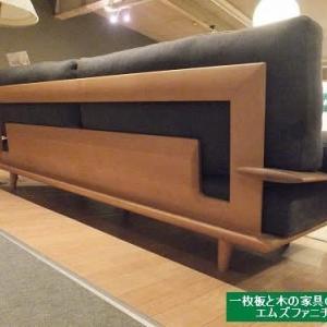 1266、ソファーの後ろ姿に、木工職人さんの仕事へのこだわり、心遣い、心意気が感じられます。一枚板と木の家具の専門店エムズファニチャーです。