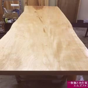 1267、【お客様のお宅へお届け前の準備】東京のお客様、栃の一枚板のお届け前の最終の仕上げ。一枚板と木の家具の専門店エムズファニチャーです。