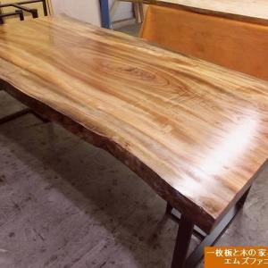 1268、クスノキの一枚板のオイル仕上げ作業。オイルを塗り重ねていくのも難しいのが湿度の高い今のような季節です。 一枚板と木の家具の専門店エムズファニチャーです。
