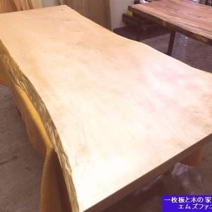 1269、白くて美しい栃の一枚板の最終の仕上げ、ほぼほぼ仕上がりました。一枚板と木の家具の専門店エムズファニチャーです。