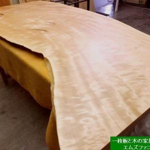 1284、【お客様にお届け前の最終仕上げが終わりました。】美しい栃の一枚板が仕上がりました。一枚板と木の家具の専門店エムズファニチャーです。