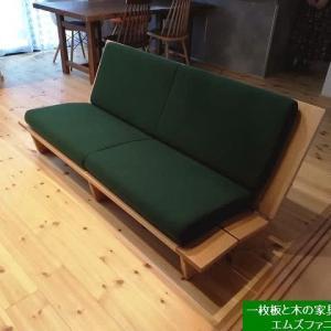 1286、【京都のお客様のお宅へお届け】20年超のロングセラーの木枠フレームソファーをオリジナルの張り生地でお届け致しました。一枚板と木の家具の専門店エムズファニチャーです。