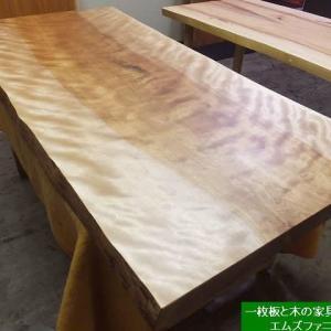 1288、美しいミズメの一枚板。お届け前の最終の仕上げをしています。一枚板と木の家具の専門店エムズファニチャーです。