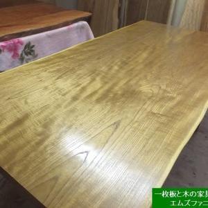 1325、お届け前の最終の仕上げをしております。美しき金色キハダの二枚接ぎテーブル。一枚板と木の家具の専門店エムズファニチャーです。