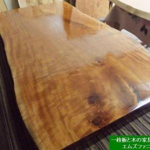 1352、お届け前の準備で最終の仕上げです。ヤマザクラの一枚板。一枚板と木の家具の専門店エムズファニチャーです。