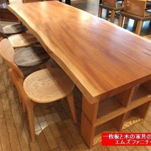 726、ケヤキの一枚板テーブルにも、色々あります。本当に奥が深いのがケヤキという木です。 一枚板と木の家具の専門店エムズファニチャーです。