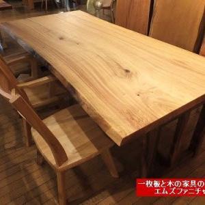 537、大きくゆったりダイニングテーブル。 クスノキの一枚板テーブル。2300x1090mm。なかなか無いサイズです。  一枚板と木の家具の専門店エムズファニチャーです。