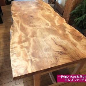 541、自然の美しさがある楠の一枚板テーブル。1900mm超のテーブルサイズ。 一枚板と木の家具の専門店エムズファニチャーです。
