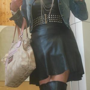 セクシーな黒革のミニスカートでお買い物へ…!?
