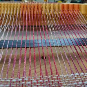 市販の編み物糸を使って、試織。