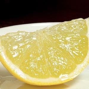 絞りやすいレモンのカットの仕方