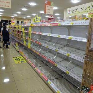 スーパーの棚が空っぽ(台風の影響で)