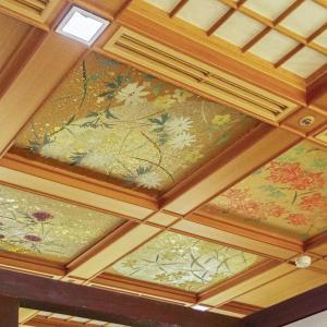 中禅寺湖湖畔の「星野リゾートの 界 日光」のダイニングルームの天井画