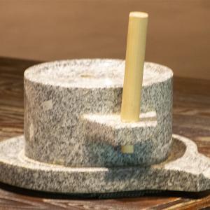 川治温泉郷の「星野リゾート 界 川治」のラウンジの石臼挽き体験コーナー