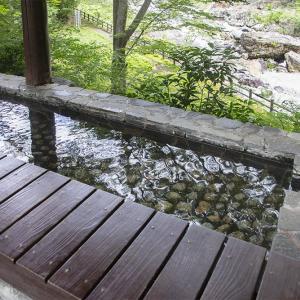 川治温泉郷の「星野リゾート 界 川治」の渓流沿いの足湯スポット