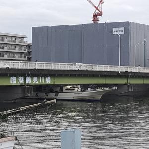 橋の下スレスレを釣り船が通過