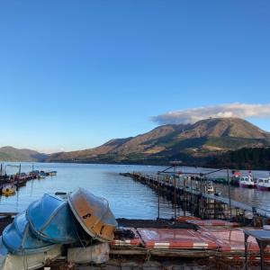 芦ノ湖の湖畔の朝