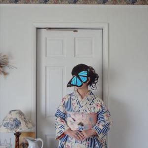 ブルーの縞に花の着物